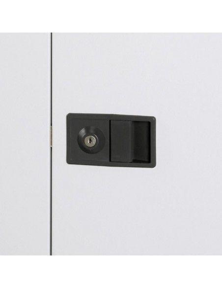 Detalle cerradura y tirador del armario metálico puertas abatibles con 3 estantes de Gapsa