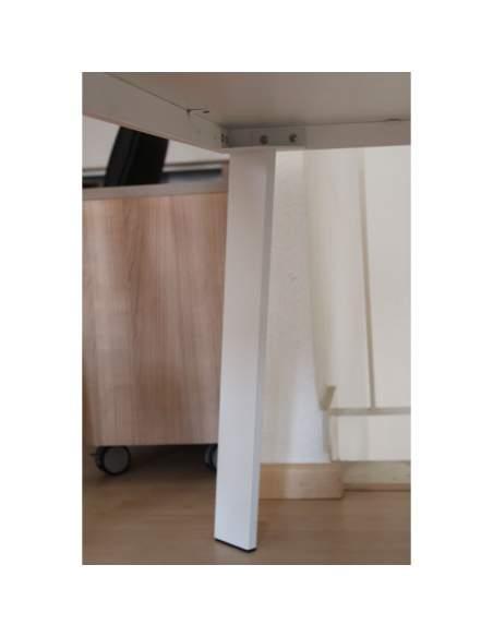 detalle pata de la mesa de trabajo rec de aic en color blanco