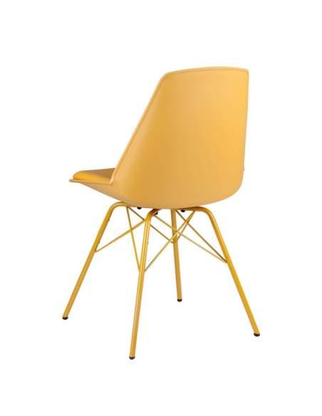Sillas color mostaza modelo Tania. Carcasa polipropileno con asiento relleno y patas metálicas.