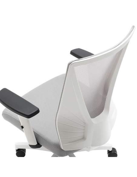 Silla oficina gris, con carcasa blanca, mecanismo contacto permanente autoregulable, brazos regulables en altura.